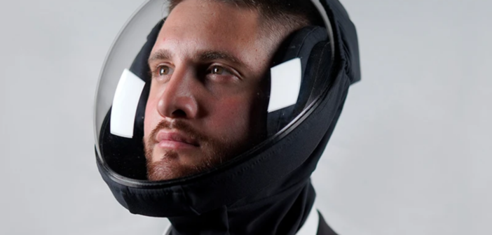 Jako z budoucnosti. Proti Covidu se dá chránit helmou jako kosmonaut